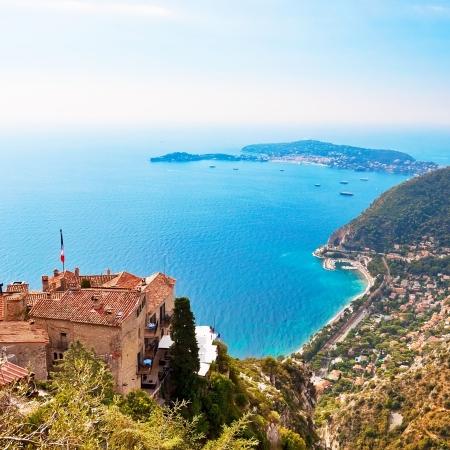 フランスのエズからニース、モナコおよび他のフランスの村を見る