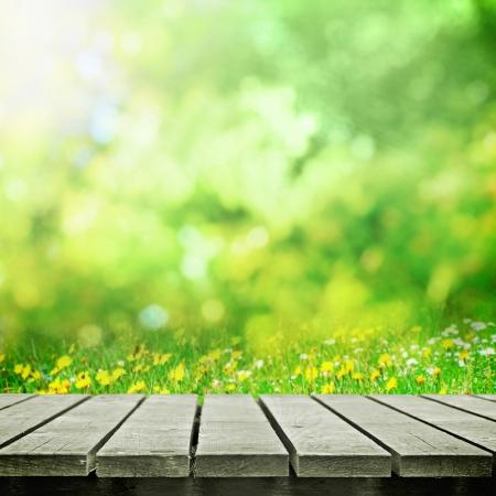 wooden desk: Houten tafel in de buurt lente weide