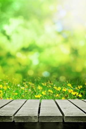 春の牧草地の近くの木のテーブル
