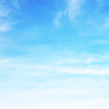 小さな柔らかい白い雲の空