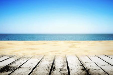 日当たりの良い夏の日 ith 木製の通路で砂浜 写真素材