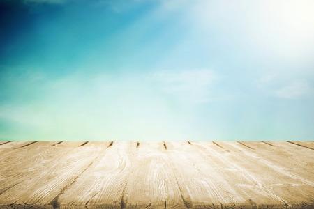 나무 피크닉 테이블과 여름 하늘에 햇빛
