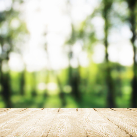木製テーブルを日光の朝公園で食べる。 写真素材