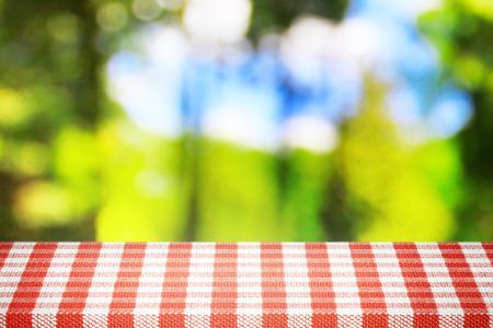 Ansicht von der Wald im Sonnenlicht Picknickzeit