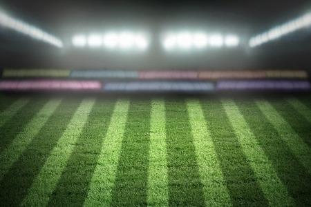 pelota de futbol: el estadio de deportes a la luz de los proyectores Foto de archivo