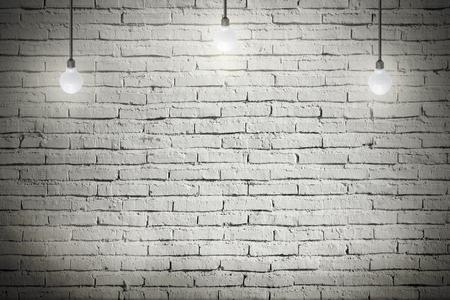 oxidado: Interior industrial con piso de madera y paredes de ladrillo blanco y la luz bombilla en el techo