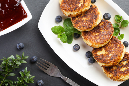 Cheese pancakes with berries and strawberry jam Imagens