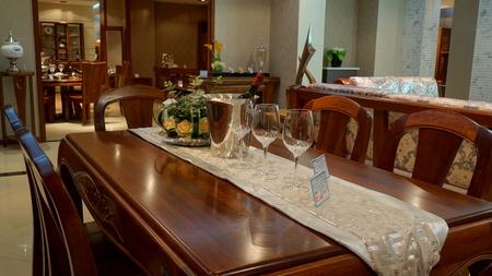 Tavolo da pranzo in legno massello Archivio Fotografico - 97176286