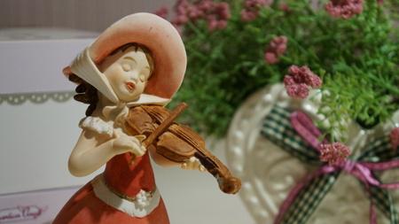 play the violin Editoriali