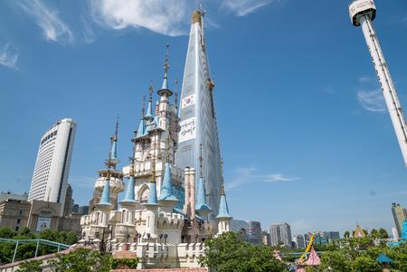 Seoul, Korea - mei 2016: Lotte World, een beroemd pretpark in Seoul
