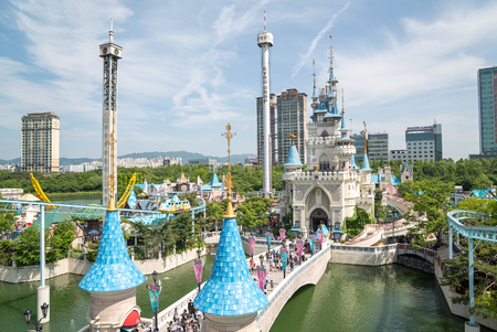 Seoul, Korea - mei 2016: Lotte World, een beroemde pretpark pretpark in Seoul Redactioneel