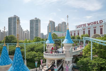 Seoul, Korea - mei 2016: Lotte World, een beroemde pretpark pretpark in Seoul