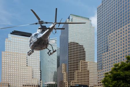 Helic�ptero que volaba entre el scyscraper del sur de manhattan Foto de archivo