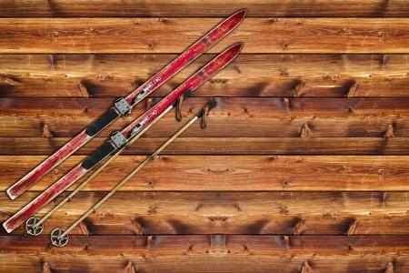 Weinlese-Ski auf hölzernen Wand befestigt