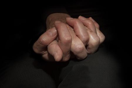 empatia: Madre e hija sus manos Foto de archivo