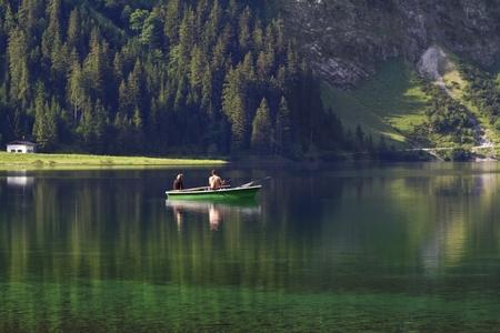 Joven pareja est� pescando en el lago Foto de archivo