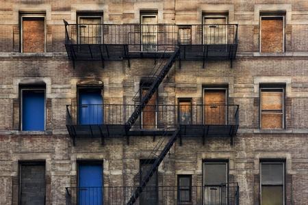 Fachada con los bomberos de una antigua casa en Nueva York Foto de archivo
