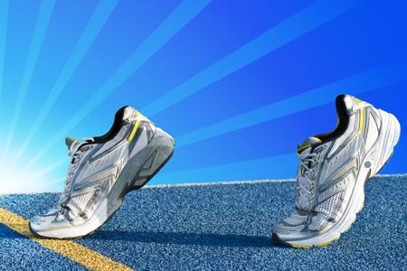 Runners auf blauem Tartan Oberfläche wartet auf einen Start Lizenzfreie Bilder