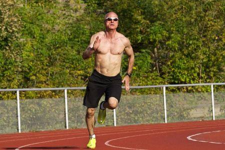 中年の男性の短距離走者のレースの競争の列車します。