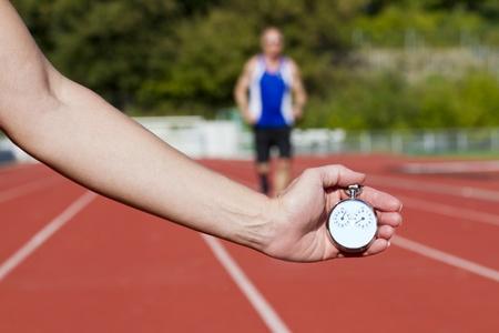 pista de atletismo: Medici�n del tiempo hist�rico parada reloj