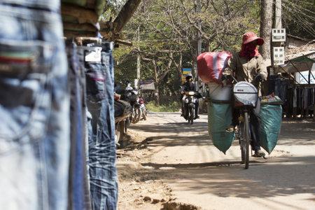 garbage collector: Recolector de basura asi�tica mujer transporta los residuos reciclables en una bicicleta