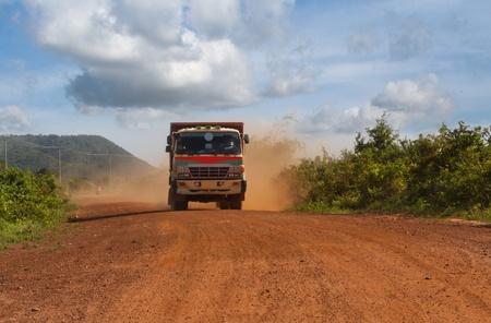 suelo arenoso: La conducción de camiones de Asia en el interior de Camboya