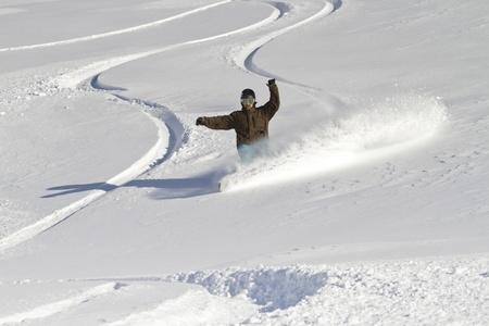 arri�re-pays: Snowboarder sculpte l'arri�re-pays
