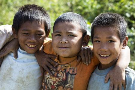 LAOS - 13 de noviembre: Laos es uno de los m�s pobres de los countrys del mundo. El cuarenta por ciento de los ni�os nunca visitar una escuela. Desconocido amigos Laos posando para la foto de 2011 en Vang Vieng, Laos.