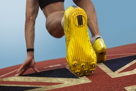 オリンピック 2012年によるとタータン表面に印刷された英国の旗を持つスプリンター 報道画像