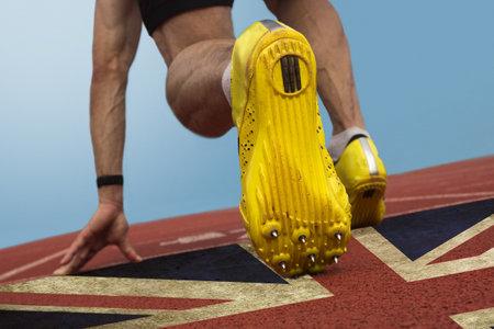 Sprinter mit gedruckten britischen Flagge auf Tartan Oberfläche nach den Olympischen Spielen 2012