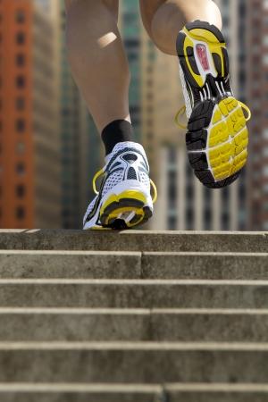 climbing stairs: El atleta corre por las escaleras