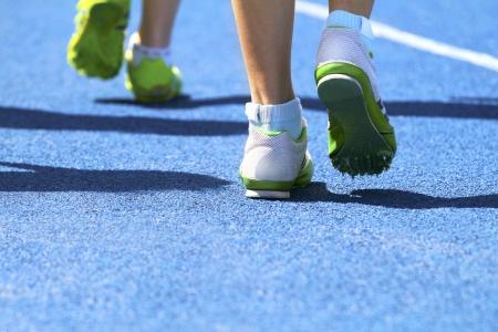 Dos velocistas de calentamiento para la competencia la carrera