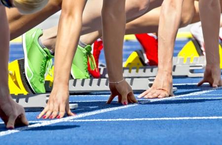 atletisch: Close-up van vrouwelijke sprinter in startblok Stockfoto