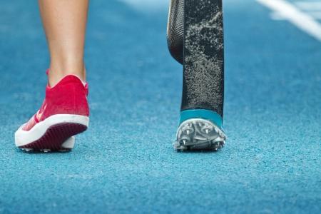 mujer atleta con discapacidad se prepara para el salto de longitud