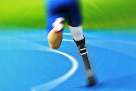 discapacidad: atleta con prótesis de carbono en la pista de carreras