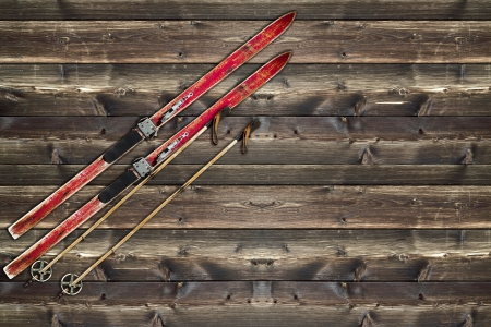 Vintage Ski fixed on wooden wall Imagens
