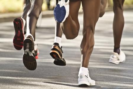 Black marathon runners swinging steps Banque d'images