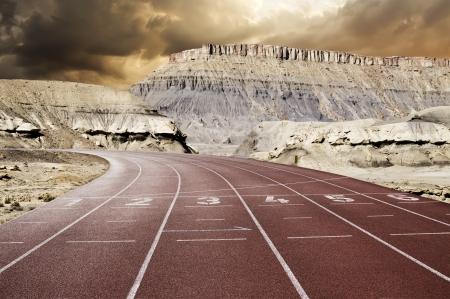 pista de atletismo: Composici�n de la pista de carreras en la monta�a Foto de archivo