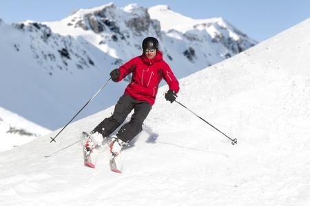 男は、アルプスをスキーします。 写真素材