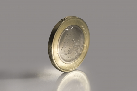 Macro shot of noble shining one euro coin  Imagens