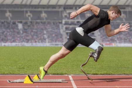 Explosieve start van de sporter met een handicap Stockfoto