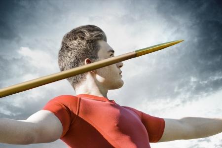 lanzamiento de jabalina: Hombre joven atractivo se concentra para lanzar su jabalina met?lica