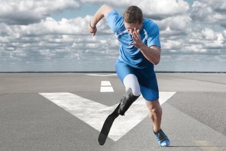 滑走路に爆発的なスタートを無効になっている運動選手 写真素材