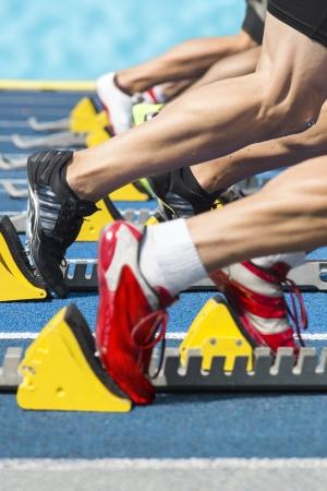 Explosiver Start eines Leichtathletik-Rennen aus den Blöcken Lizenzfreie Bilder
