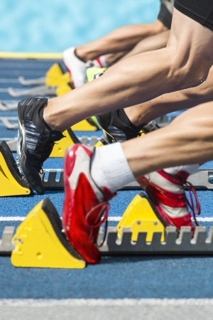 atleta corriendo: Explosivo inicio de una carrera de atletismo de los bloques