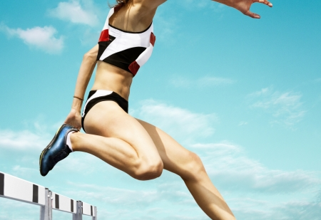 Weiblich Hürde Läufer springt über die Hürde
