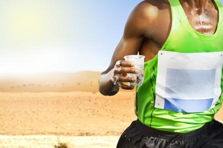 Thirsty transpiring runner in the desert Banque d'images