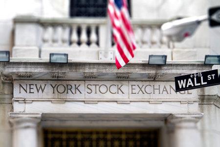 ニューヨーク証券取引所の入り口入り口と星条旗のバナーを 報道画像