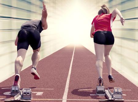Männliche und weibliche Sprinter Start aus den Blöcken Lizenzfreie Bilder