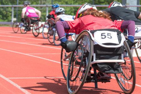Los atletas en una carrera de silla de ruedas en un estadio Foto de archivo - 29280551